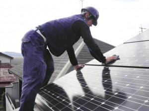 陽光パネルの定期清掃