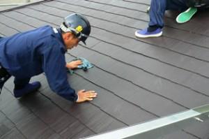 屋根に残っている水気を拭き取る